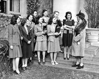 Dean Gildersleeve speaks with students, circa 1940s